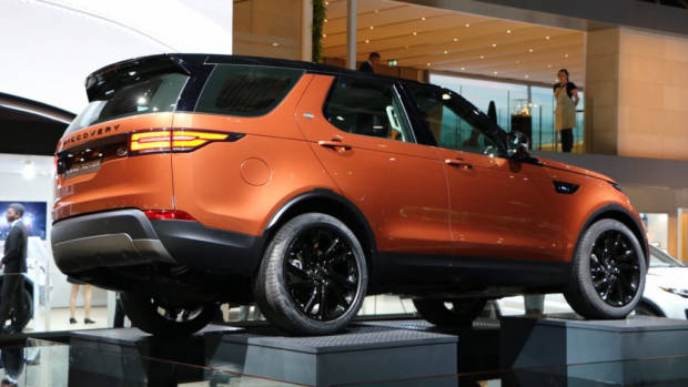 2017 Land Rover Discovery – Chasing Cars