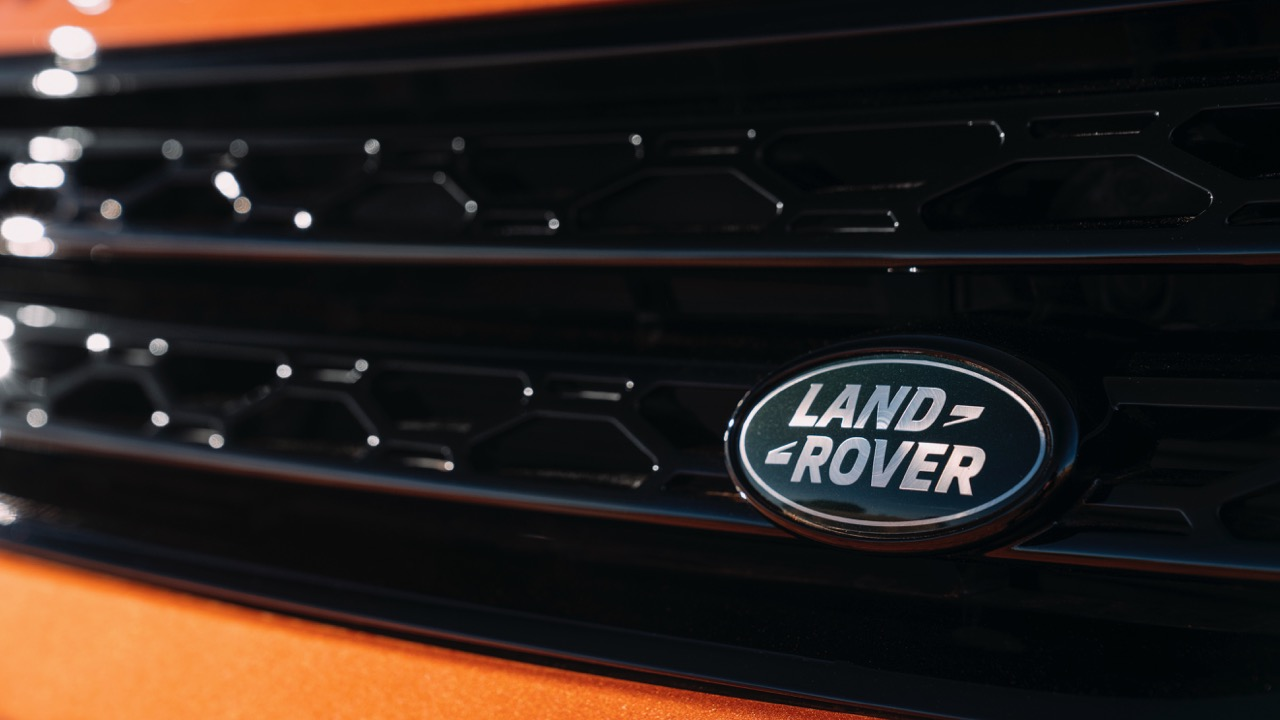 2017 Land Rover Discovery First Edition Namib Orange Badge –Chasing Cars