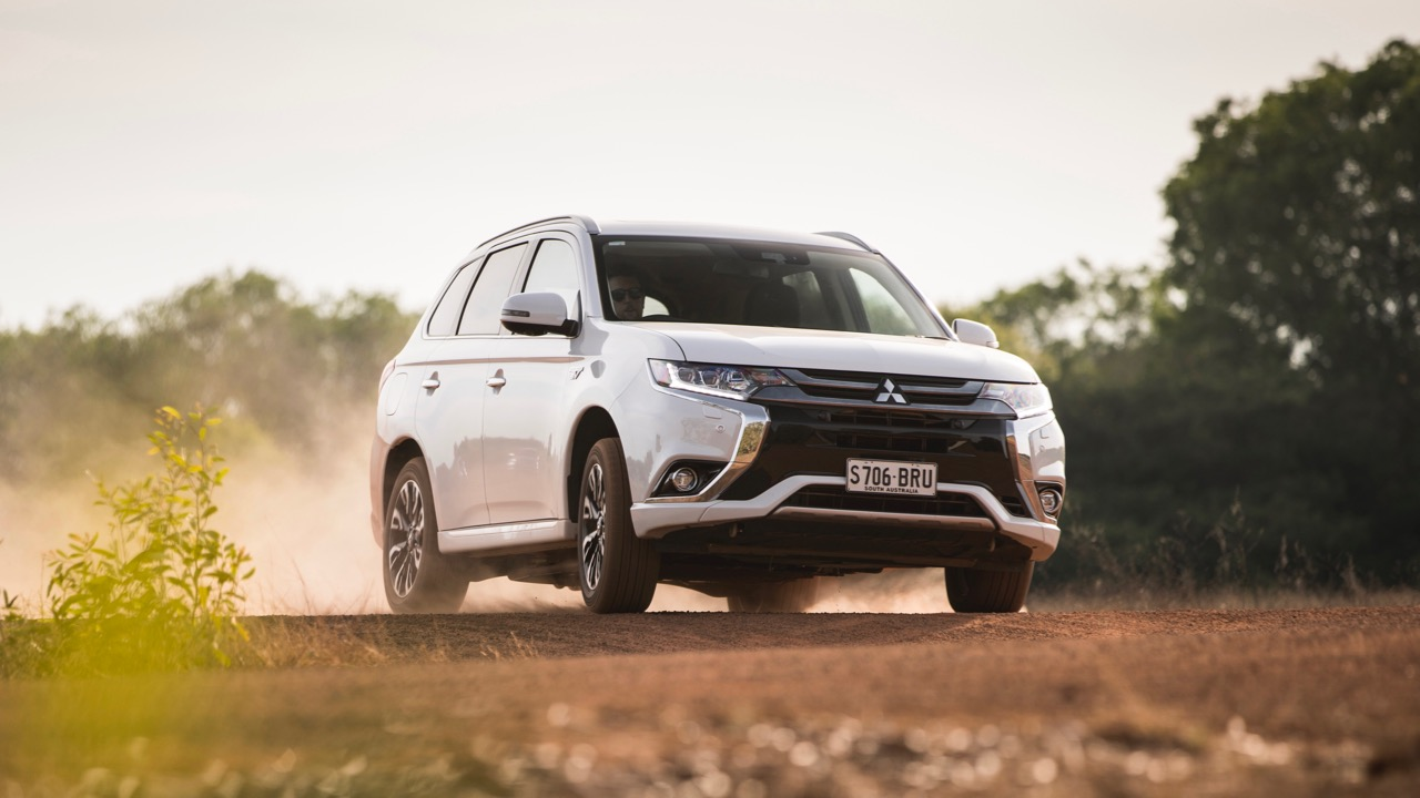 2017 Mitsubishi Outlander PHEV Starlight White Front End