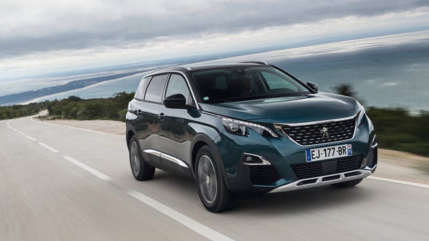 2018 Peugeot 5008 GT-Line green front 3/4 moving