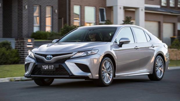 2018 Toyota Camry SL Hybrid Silver Driving