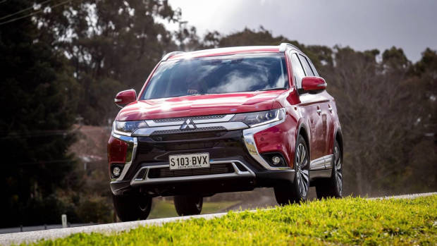 2019 Mitsubishi Outlander red front 3/4 driving