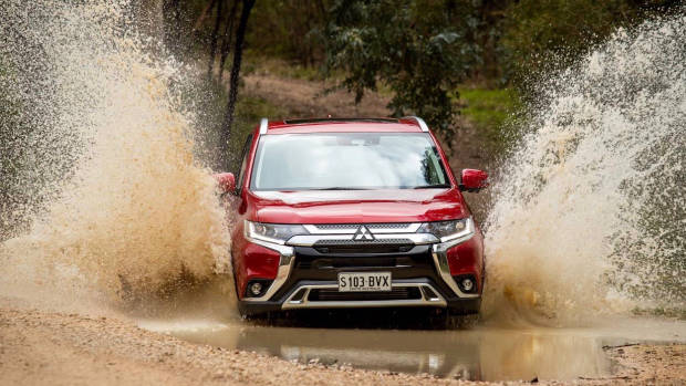 2019 Mitsubishi Outlander red front off-road