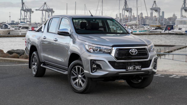 2019 Toyota HiLux SR5 silver front 3/4