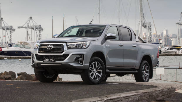 2019 Toyota HiLux SR5 silver front 3/4 far