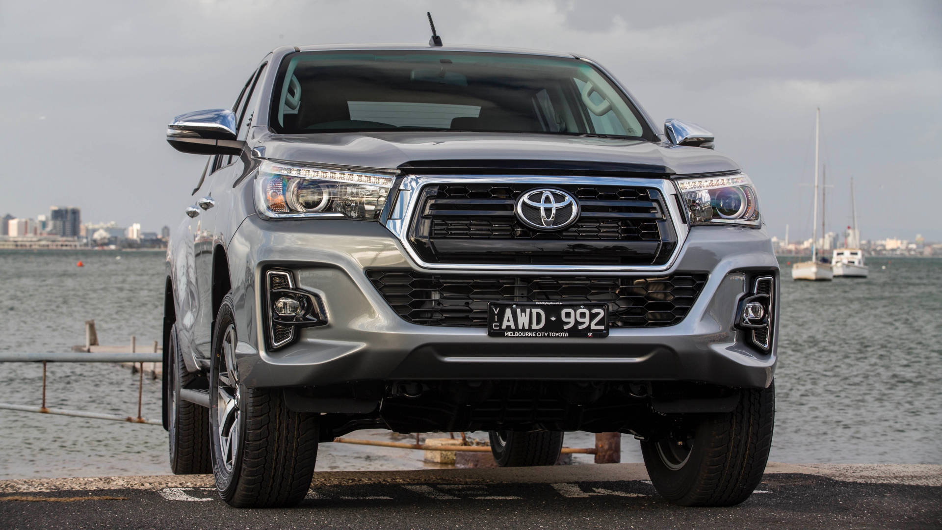 2019 Toyota HiLux SR5 silver front detail