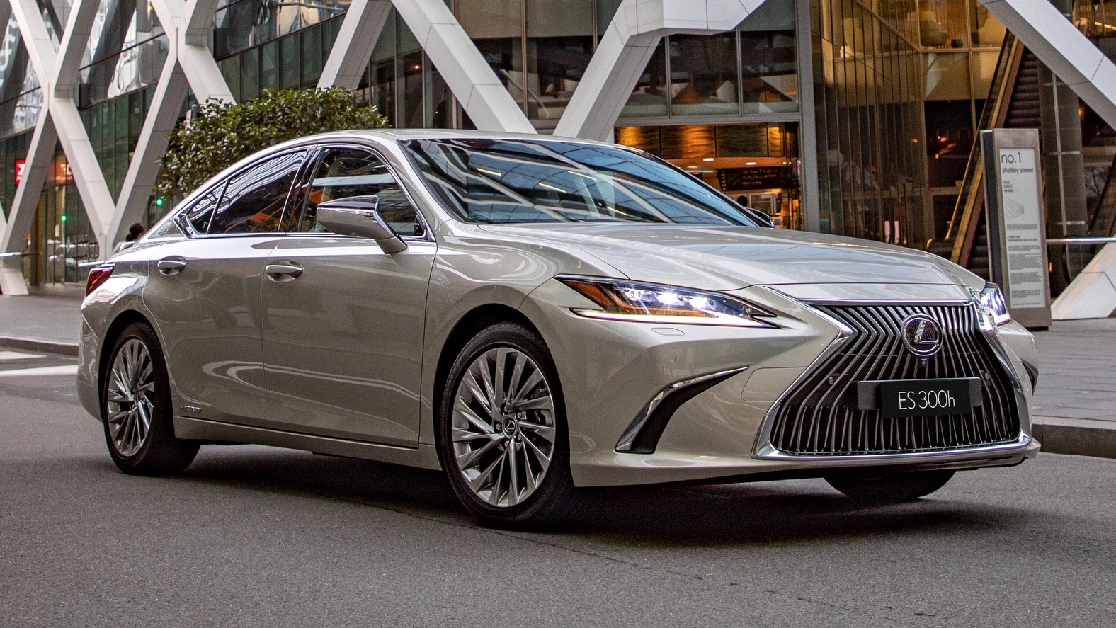 2019 Lexus ES300h Sports Luxury front