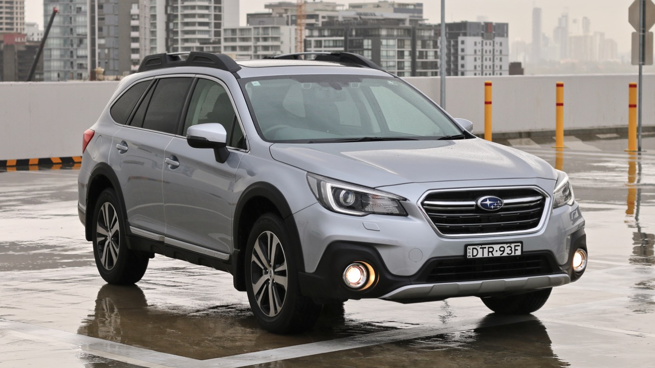 2019 Subaru Outback 3.6R silver front end