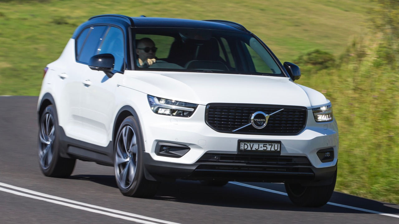2019 Volvo XC40 T5 R-Design White driving