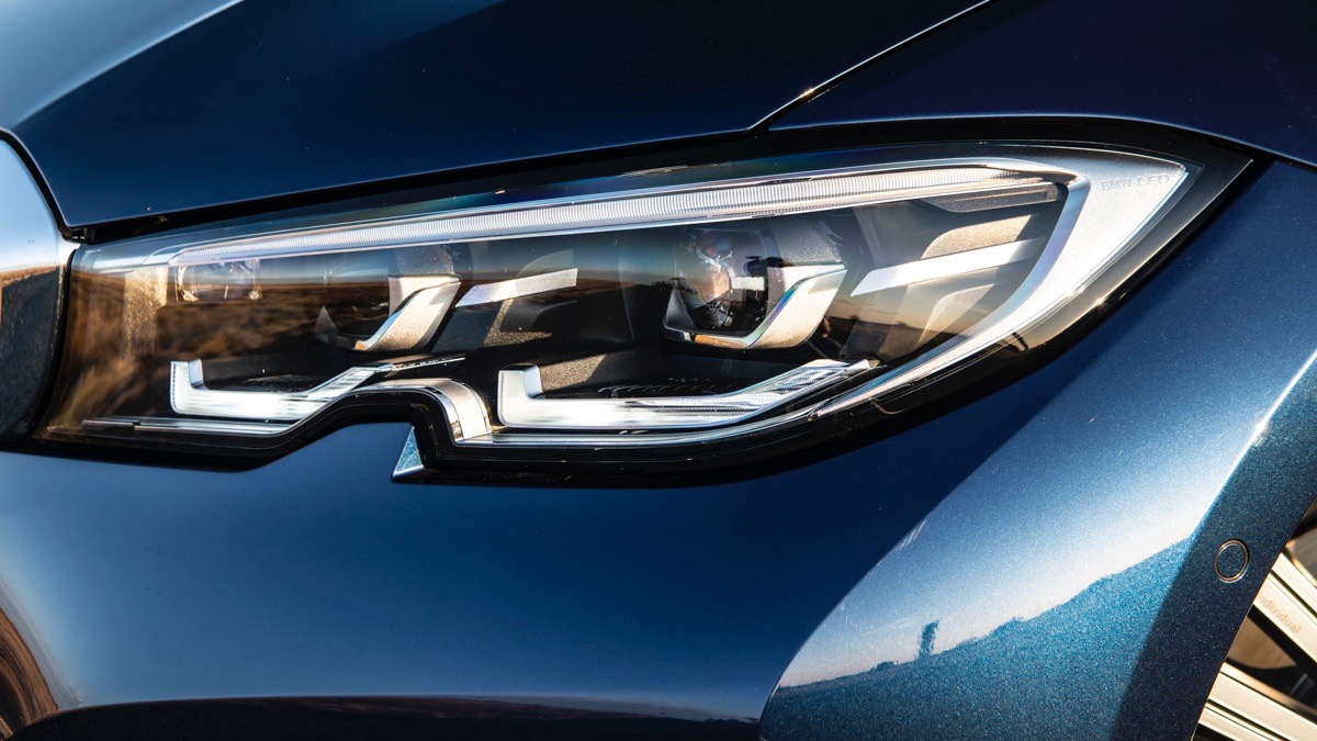 330i - Detail - Headlight 2