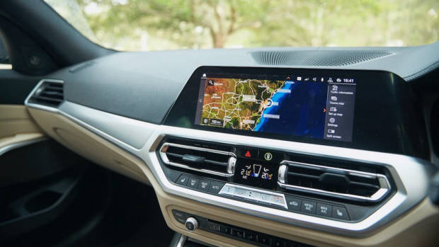 BMW 330i Touring review 2020 iDrive
