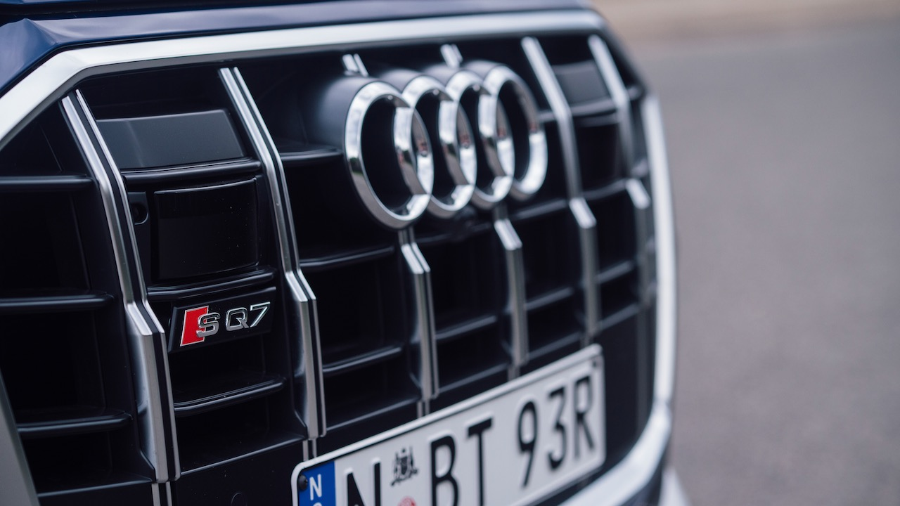 2020 Audi SQ7 SUV grille badge